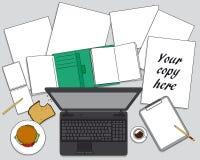 Arbeitsplatz mit Computer- Briefpapier auf Schreibtischhintergrund Stockbilder