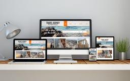 Arbeitsplatz mit entgegenkommende Designreise-Website on-line--responsiv stockfotografie