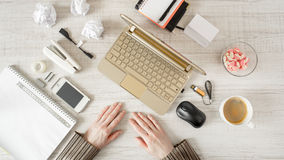 Arbeitsplatz mit Handdraufsicht Lizenzfreie Stockbilder