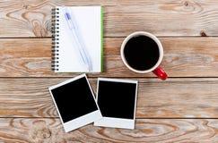 Arbeitsplatz mit Kaffeetasse, sofortigen Fotos, Briefpapier und notebo Lizenzfreies Stockbild