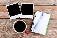 Arbeitsplatz mit Kaffeetasse, sofortigen Fotos, Briefpapier und notebo Lizenzfreie Stockfotografie