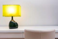 Arbeitsplatz mit Lampe Stockbild