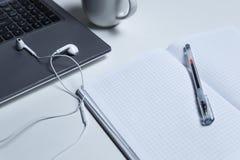 Arbeitsplatz mit Laptop lizenzfreie stockfotografie
