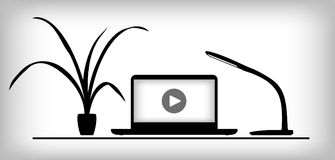 Arbeitsplatz mit Laptop, Lampe und Anlage Stockbild