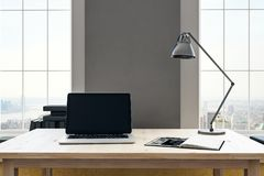 Arbeitsplatz mit leerem Laptop Stockbilder