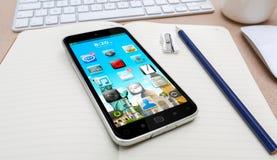 Arbeitsplatz mit modernem Handy Stockfoto