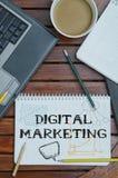 Arbeitsplatz mit Notizbuch mit Anmerkung ungefähr: Digital-Marketing mit Lizenzfreie Stockfotos