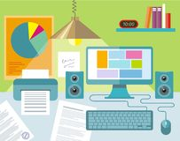 Arbeitsplatz mit Notizbuch, Lampe, Büchern und Möbeln Lizenzfreie Stockfotografie