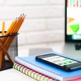 Arbeitsplatz mit Notizbuch, Laptop, Bleistifte auf einem hellen Hintergrund Lizenzfreie Stockbilder