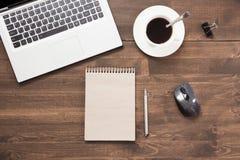 Arbeitsplatz mit offenem Laptop, Zusatz auf Bürotisch Draufsicht- und Kopienraum Lizenzfreie Stockfotos