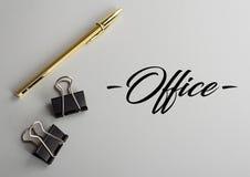 Arbeitsplatz mit Stift und Clipn stockbilder