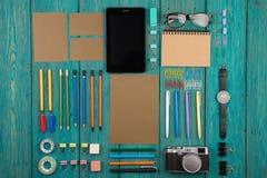 Arbeitsplatz mit Tabletten-PC, Kamera, Uhr und anderem Bürozubehör Lizenzfreie Stockfotos