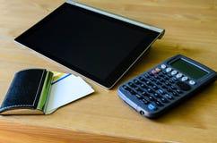Arbeitsplatz mit Tabletten-PC, -taschenrechner und -Visitenkarte Lizenzfreie Stockfotos