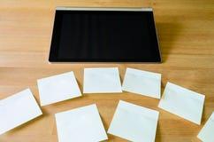 Arbeitsplatz mit Tabletten-PC und einigen klebrigen Anmerkungen Lizenzfreie Stockbilder
