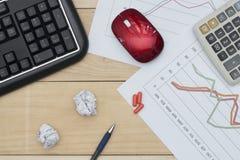 Arbeitsplatz mit Tastatur, Diagramm, Taschenrechner, Droge und Stift auf hölzerner Tabelle Stockfoto