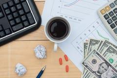 Arbeitsplatz mit Tastatur, Dollar, Diagramm, Taschenrechner, Droge, sperren ein Stockfoto