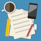 Arbeitsplatz mit tragbaren Geräten und Dokumenten Stockbilder