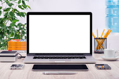 Arbeitsplatz mit verschiedenen Geräten des offenen Laptopmodells Lizenzfreies Stockbild