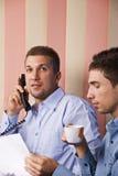 Arbeitsplatz mit zwei Geschäftsleuten Stockbild