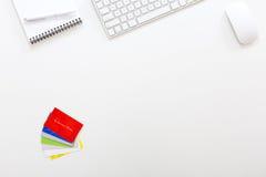 Arbeitsplatz-moderner Unternehmer in der weißen Tabelle mit Visitenkarten Lizenzfreies Stockfoto