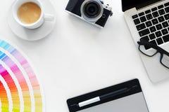 Arbeitsplatz, Notizbuch und Tablette mit Kaffee Stockfoto