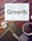 Arbeitsplatz - Tabelle mit Notizbuch mit Anmerkung ungefähr: Wachstum Stockfoto