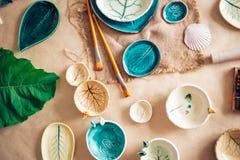 Arbeitsplatz von Ceramist backte Teller, vorbereiten für das Malen Stockbild