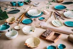 Arbeitsplatz von Ceramist backte Teller, vorbereiten für das Malen Stockfotos