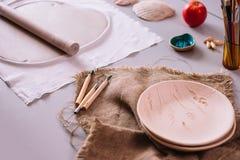 Arbeitsplatz von Ceramist backte Teller, vorbereiten für das Malen Lizenzfreies Stockbild