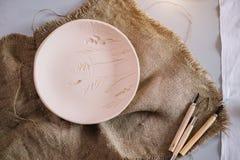Arbeitsplatz von Ceramist backte Teller, vorbereiten für das Malen Lizenzfreie Stockfotografie