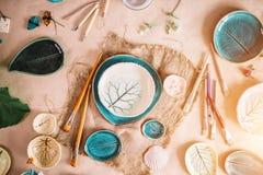 Arbeitsplatz von Ceramist backte Teller, vorbereiten für das Malen Stockfotografie
