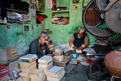 Arbeitsplatz von zwei Senioren, die antike Bücher reparieren Stockfoto