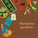 Arbeitsplatzgärtner und Gartenarbeitwerkzeuge auf hölzernem Hintergrund Stockfoto