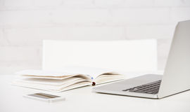 Arbeitsplatzgeschäft Notizbuch, Laptop, PC, Handy, Stift Lizenzfreies Stockbild