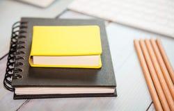 Arbeitsplatzhintergrund: Bleistifte, scetchpad und Tastatur Lizenzfreie Stockfotografie