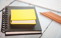 Arbeitsplatzhintergrund: Bleistifte, scetchpad und Tastatur Lizenzfreie Stockfotos