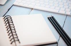 Arbeitsplatzhintergrund: Bleistifte, scetchpad und Tastatur Stockbilder