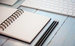 Arbeitsplatzhintergrund: Bleistifte, scetchpad und Tastatur Lizenzfreies Stockfoto
