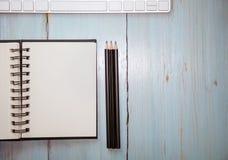 Arbeitsplatzhintergrund: Bleistifte, scetchpad und Tastatur Stockbild