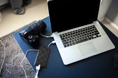 Arbeitsplatzphotograph und -designer, Laptop mit Kamera und Smartphone auf dem Tisch stockfotografie
