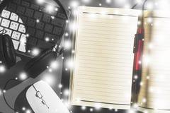 Arbeitsplatzschreibtisch mit offenem Notizbuch und Stift, Tastatur, Maus und Lizenzfreies Stockfoto