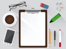 Arbeitsplatzvogelperspektive mit Büroartikel Stockfotos