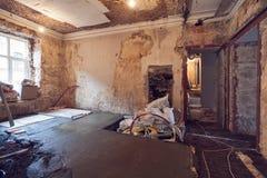 Arbeitsproze? der Herstellung des Bodens vom Zement in der Wohnung ist im Bau und gestaltet, Erneuerung, Erweiterung um lizenzfreie stockfotos