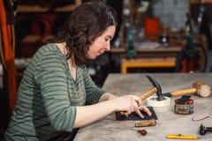 Arbeitsprozeß in der ledernen Werkstatt stockfotos