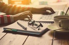 Arbeitsprozeß im Büro - fokussieren Sie ein Augenglas lizenzfreie stockfotografie
