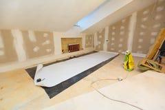Arbeitsprozeß des Tapezierens auf der Trockenmauer in der kleinen Raumwohnung ist im Bau und gestaltet, Erneuerung um stockfoto