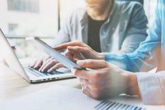 Arbeitsprozess im modernen Studio Bankdirektoren, die am hölzernen Tisch mit neuem Geschäfts-Projekt arbeiten Touch Screen Digita lizenzfreie stockfotos
