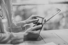Arbeitsprozess-moderner Dachboden Arbeitende hölzerne Tabelle des Hippies mit neuer freiberuflich tätiger Firmenneugründung Marke Stockfotografie