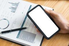 Arbeitsprozesskonzept, Geschäftsmann unter Verwendung des Handyschreibens in der Tagesordnung zu Hause beraten auf einem Schreibt lizenzfreie stockfotos