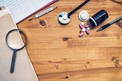 Arbeitsschreibtisch des Allgemeinmediziners, Arbeitsplatz Doktors, Spitze Stockfotografie